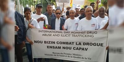 lutte-anti-drogue-le-premier-ministre-pravind-jugnauth-a-la-tete-d-rsquo-une-marche-de-protestation
