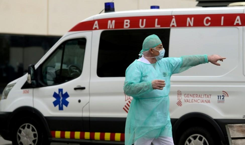 Un soignant devant les urgences d\'un hôpital de Valence le 25 mars 2020