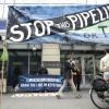Action d\'opposants à la construction de l\'oléoduc géant Keystone XL, devant une agence de la Chase Bank, accusée de le soutenir, le 8 mai 2017 à Seattle