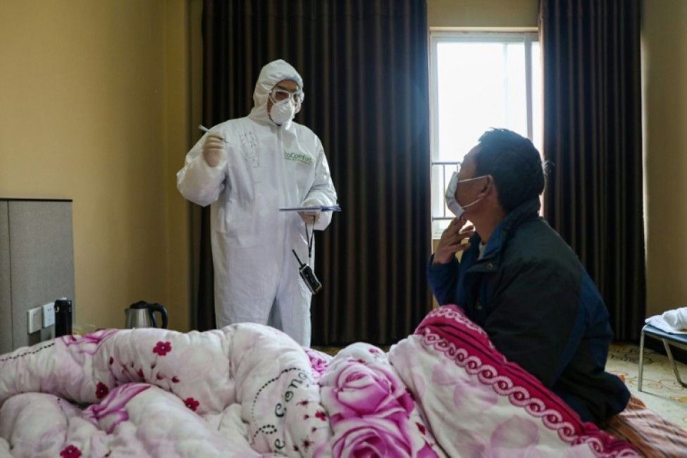Visite d\'un membre du personnel soignant à un patient à Wuhan, le 3 février 2020