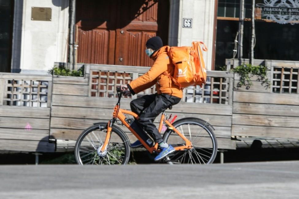 Un livreur de repas, portant un masque protecteur, à Bruxelles le 25 mars 2020