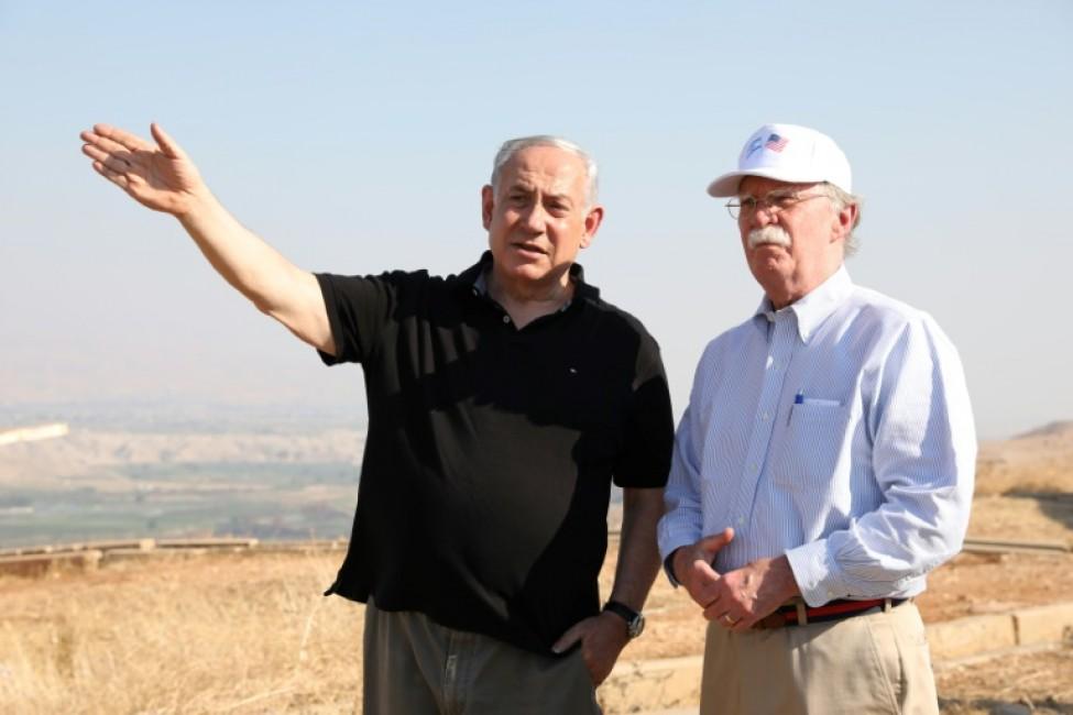 Le Premier ministre israélien Benjamin Netanyahu (G) et le conseiller à la sécurité nationale du président américain, John Bolton (D), dans la vallée du Jourdain, le 23 juin 2019