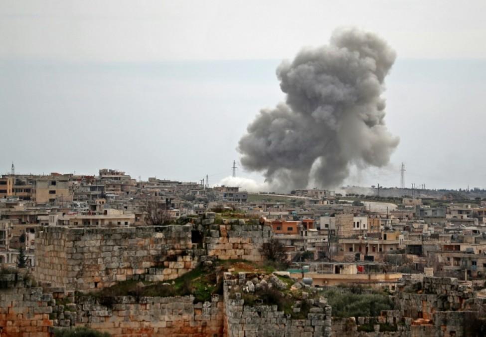 Une colonne de fumée s\'élève au-dessus d\'un quartier du village d\'al-Bara, dans la province syrienne d\'Idleb (nord-ouest), après un bombardement attribué à des avions russes, le 5 mars 2020