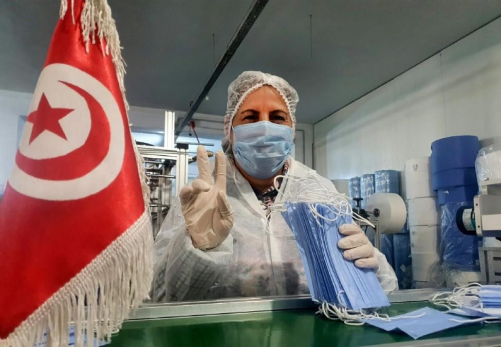 Photo distribuée le 26 mars 2020 par l\'entreprise Consomed montrant une ouvrière volontairement confinée dans l\'usine pour fabriquer des masques de protection contre le nouveau coronavirus, à Kairouan (centre)