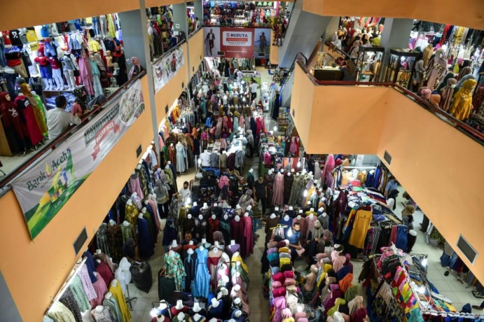 Des Indonésiens se pressent dans un centre commercial pour acheter de nouveaux vêtements pour l\'Aïd el-Fitr, le 21 mai 2020 à Banda Aceh (Indonésie)