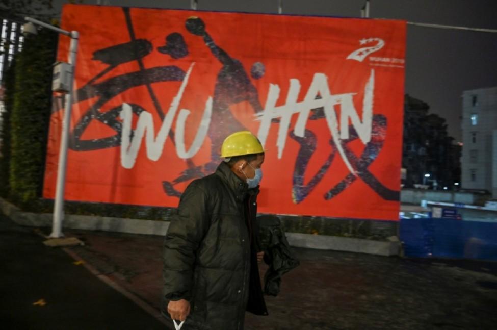 Un homme portant un masque de protection respiratoire marche le 26 janvier 2020 dans les rues de Wuhan, en Chine, épicentre du nouveau coronavirus.