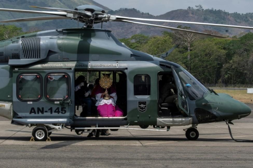 L\'archevêque du Panama, José Domingo Ulloa, à bord d\'un hélicoptère pour une bénédiction depuis les airs pour cause de pandémie de coronavirus, le 5 avril 2020 à Panama