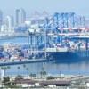 Des conteneurs sont chargés dans le port de Long Beach en Californie (ouest) le 6 juillet 2018