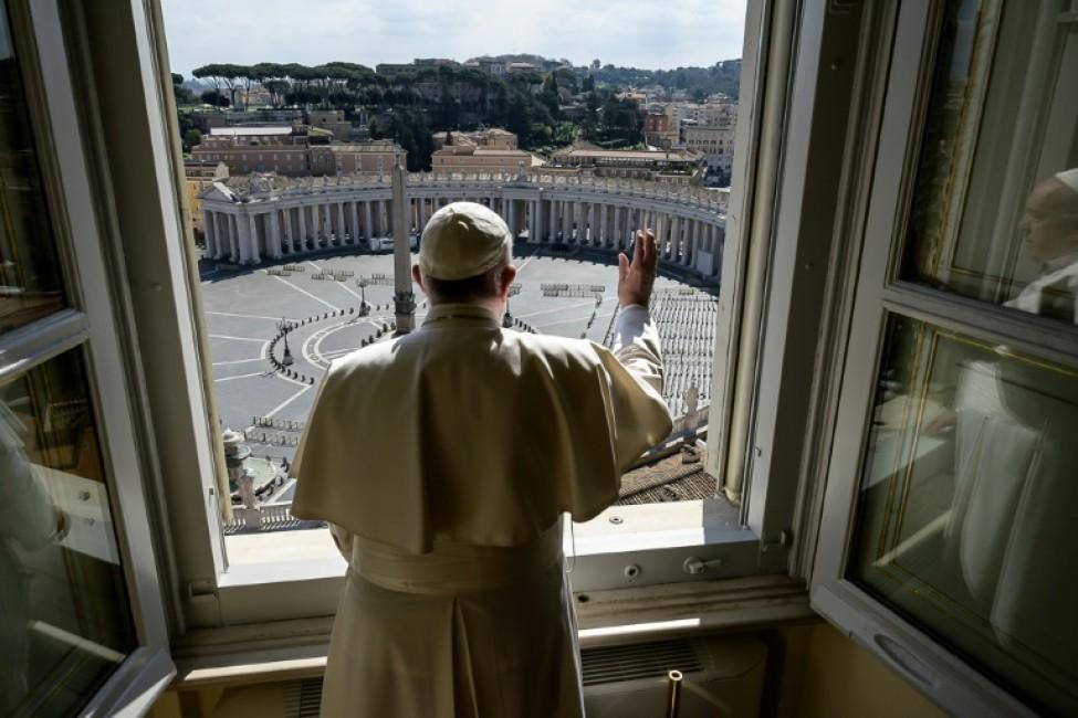 Le pape François devant la place Saint-Pierre quasi-déserte pour la bénédiction de l\'Angélus le 15 mars 2020, photo transmise par le Vatican