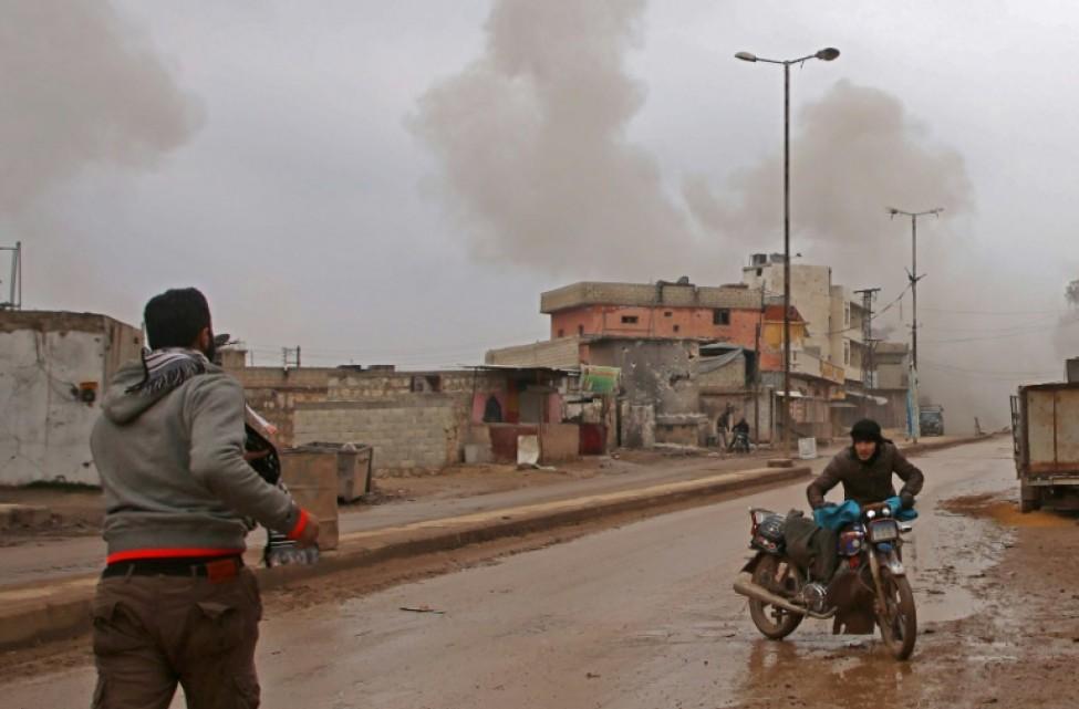 Un Syrien fuit les bombardements du régime sur la ville d\'Atareb dans la province d\'Alep dans le nord de la Syrie, le 13 février 2020