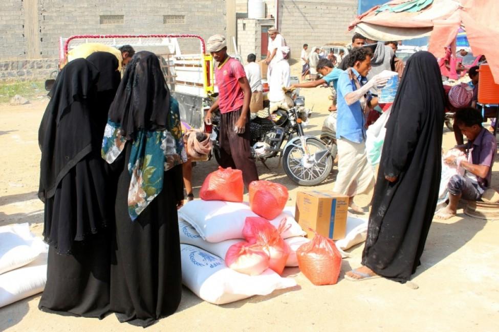 Des déplacés yémenites reçoivent de l\'aide humanitaire, dans le gouvernorat de Hajjah, dans le nord-ouest du pays, le 30 décembre 2019