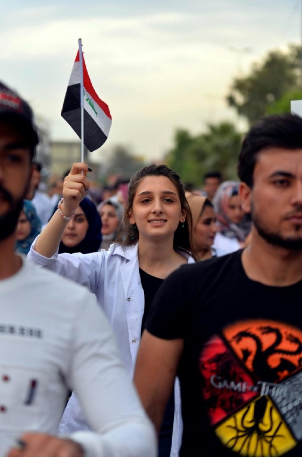 Une Irakienne brandit un drapeau national lors d\'un rassemblement contre le pouvoir, à Hilla, au sud de Bagdad, le 7 novembre 2019