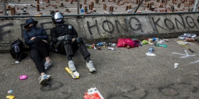 hong-kong-la-contestation-continue-une-ministre-en-visite-a-londres-agressee
