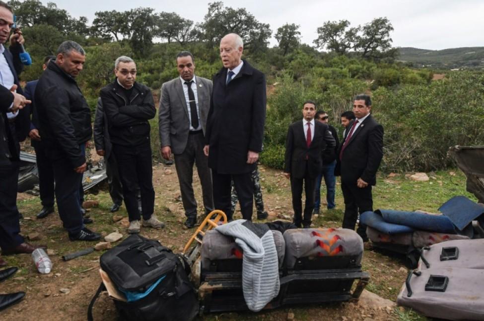 Le président tunisien Kais Saied inspecte le site où a chuté un autobus, le 1er décembre 2019 à Aïn Snoussi (nord)