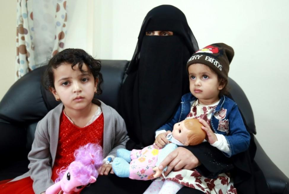 La Yéménite Nadia, 25 ans (centre), tient la main de ses deux filles Manal (G), cinq ans, et Maria (D), deux ans, dans un hôpital de la capitale jordanienne Amman, le 11 février 2020