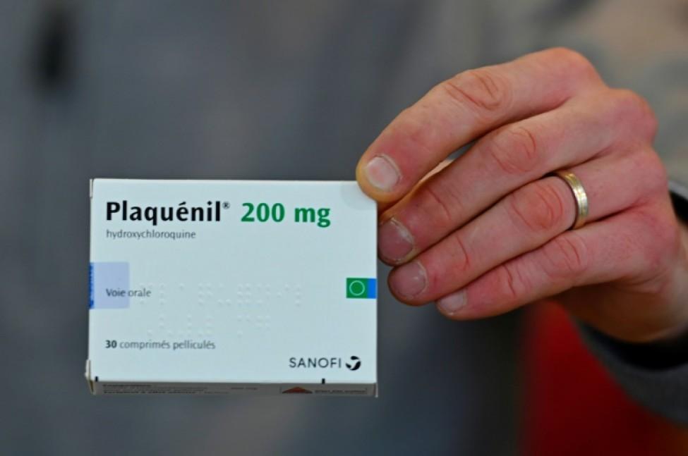 Un pharmacien montre une boîte de \
