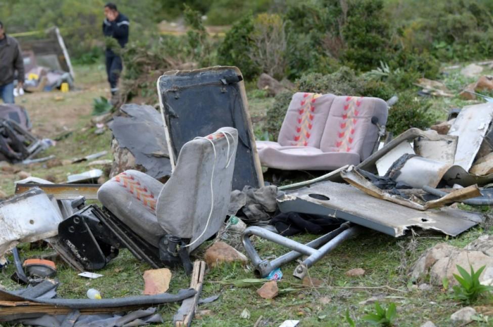 Des débris du bus de touristes tunisiens tombé dans un ravin le 1er décembre 2019 dans le nord-ouest du pays