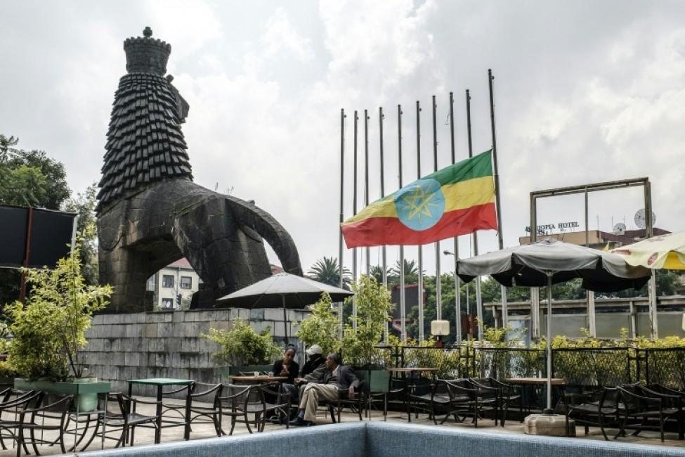 Le drapeau ethiopien est à moitié baissé en signe de deuil sur cette place d\'Addis Abeba, le 24 juin 2019