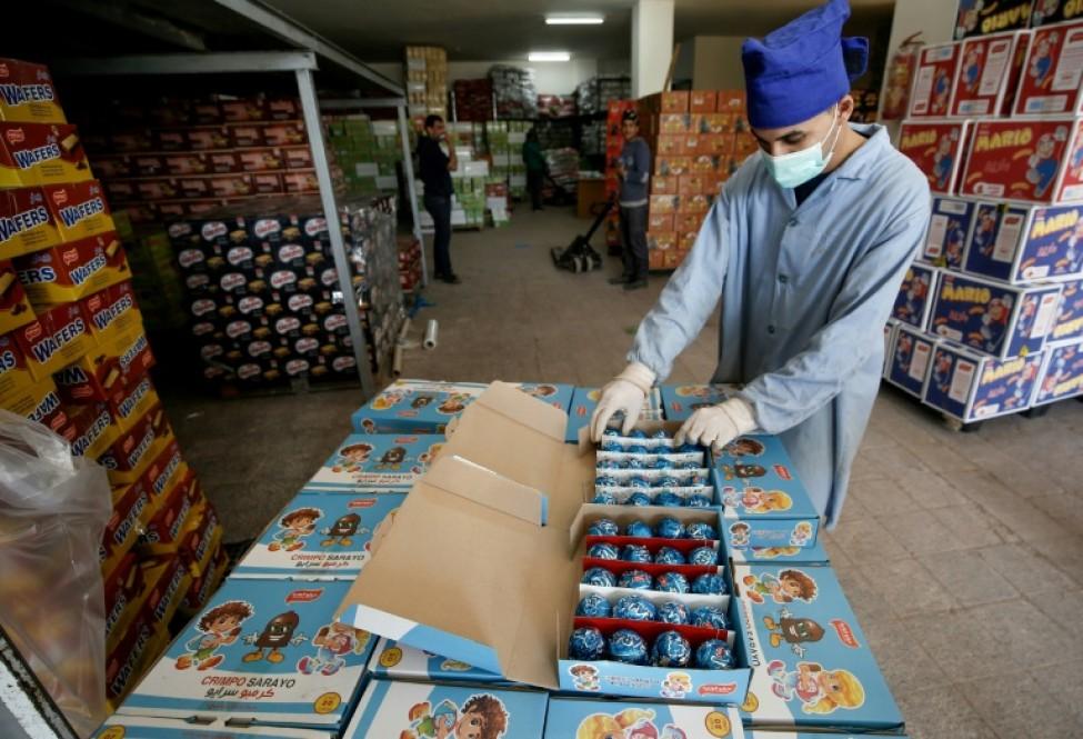 Un employé prépare des paquets de Crimpos, des marshmallow enrobés dans du chocolat, dans la compagnie de Sarayo Alwadiya, dans la ville de Gaza, le 6 février 2020