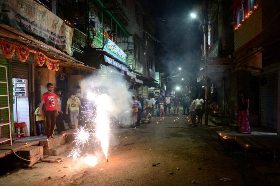 Des bougies et des lampes traditionnelles allumées dans les principales villes indiennes contre \