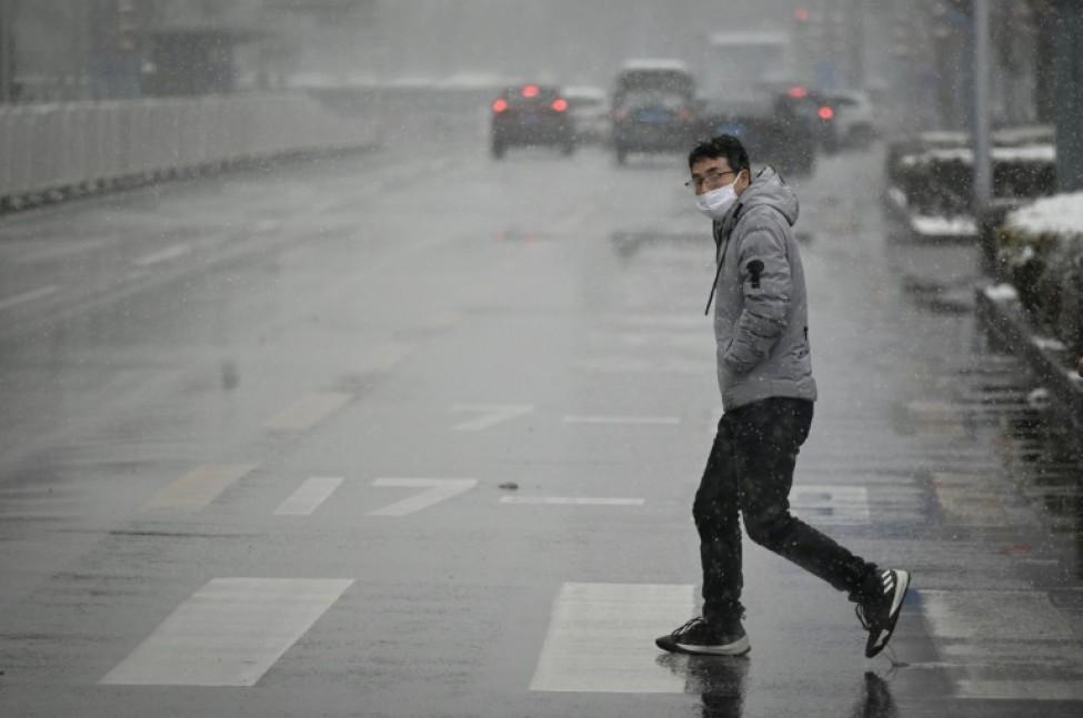 Un homme dans une rue de Pékin le 14 février 2020