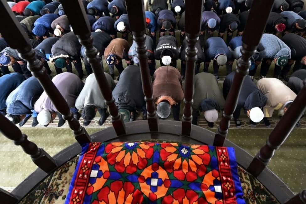 Des Dounganes prient à la mosquée à Massantchi, après des violences interethniques, le 12 février 2020 au Kazakhstan