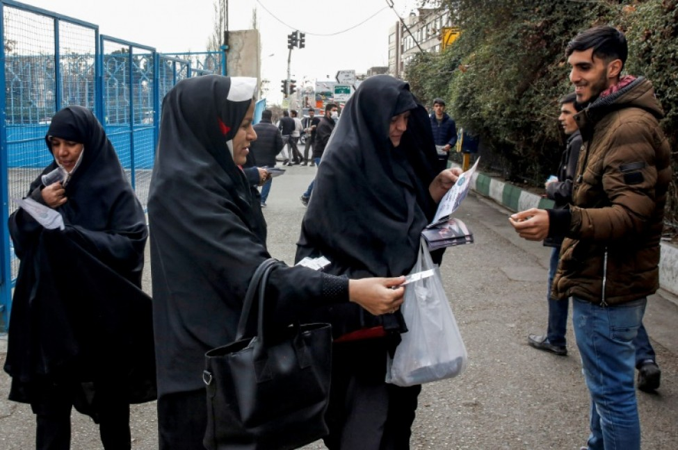 Des Iraniennes distribuent des prospectus électoraux à l\'extérieur d\'une mosquée dans la capitale iranienne Téhéran, le 14 février 2020