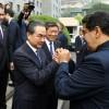 Le ministre des Affaires étrangères chinois Wang Yi serre les mains du président vénézuélien Nicolas Maduro à Pékin, le 14 septembre 2018