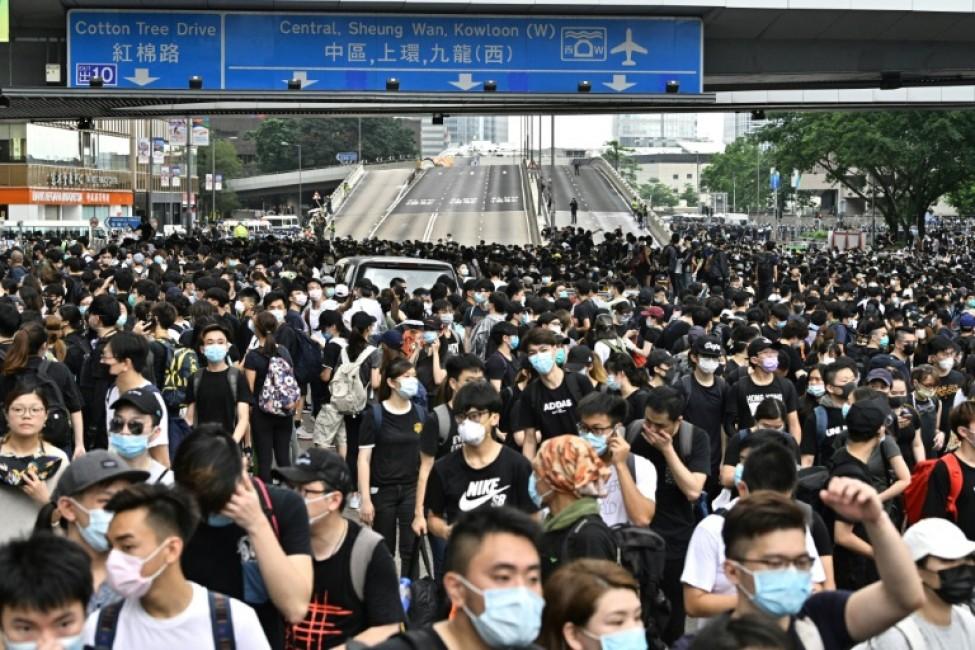 Des protestataires occupent les deux principales autoroutes à proximité des locaux du gouvernement de Hong Kong, le 12 juin 2019