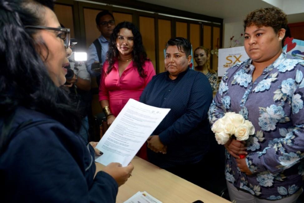 Alexandra Chavez (gauche) et Michelle Aviles célèbrent leur mariage, le premier entre personnes de même sexe d\'Equateur, à Guayaquil le 18 juillet 2019