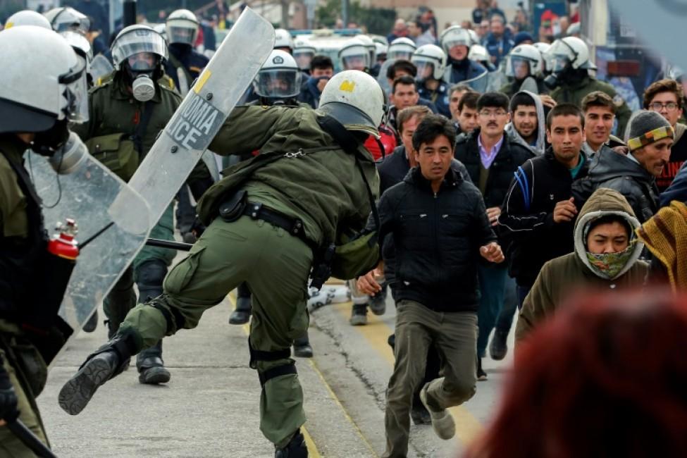 Heurts entre policiers et migrants sur l\'île grecque de Lesbos, le 4 février 2020