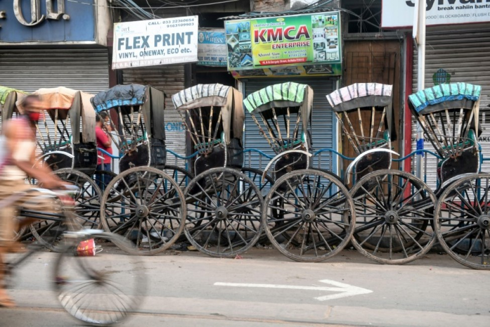 Des rickshaws sont rangés le long d\'une rue de Kolkata le 25 mars 2020, au premier jour du confinement imposé en Inde