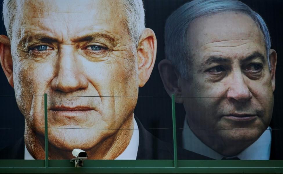 Photo d\'archives montrant les portraits de Benny Gantz (gauche) et de Benjamin Natanyahu, affichés à Ramat Gan, le 17 février 2020