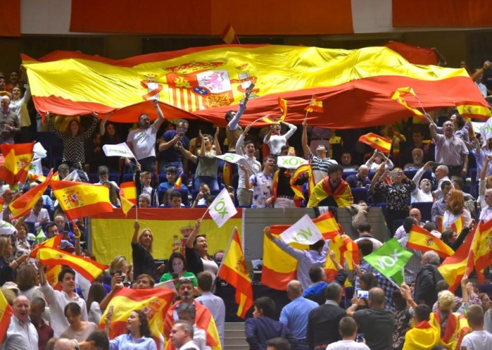 Des partisans du parti nationaliste Vox agitent des drapeaux espagnols lors d\'un meeting électoral à Santander le 1er novembre 2019