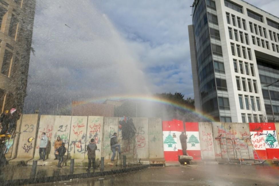 Les forces de sécurité libanaises utilisent des canons à eau contre des manifestants à Beyrouth le 11 février 2020