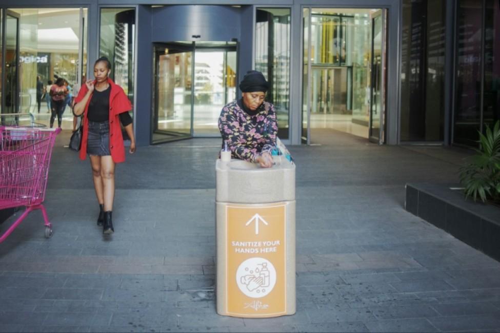 Des stands pour se laver les mains ont été installés par le centre commercial Africa Mall à Johannesburg