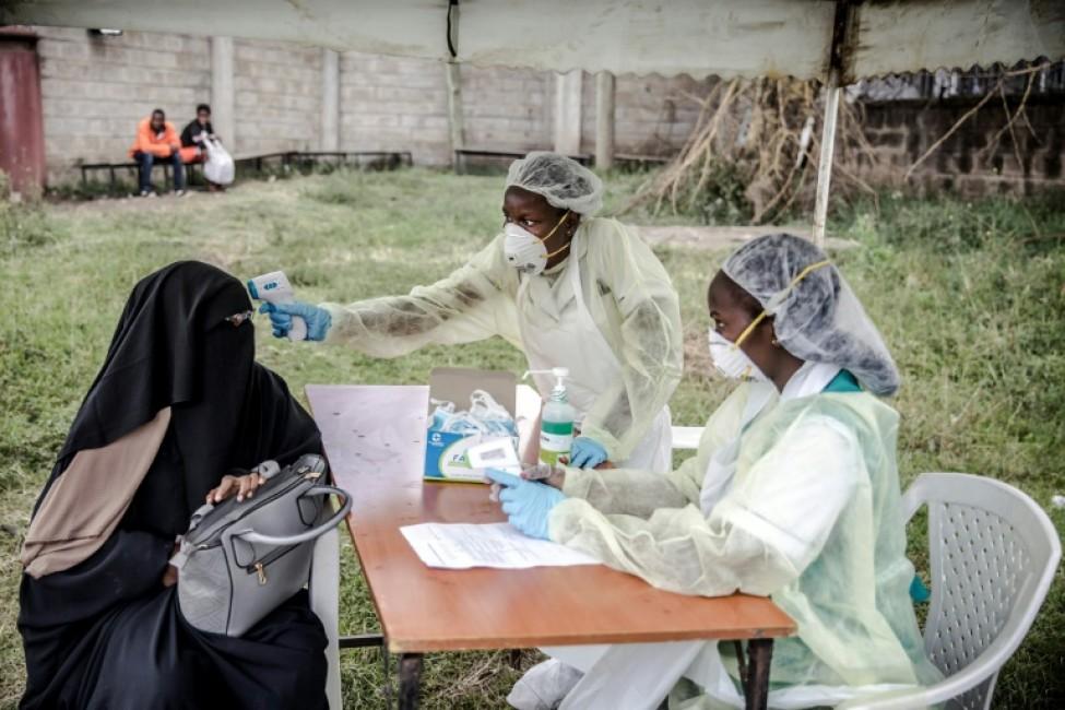 Prise de température à l\'entrée de l\'hôpital Mbagathi à Nairobi, au Kenya, le 18 mars 2020