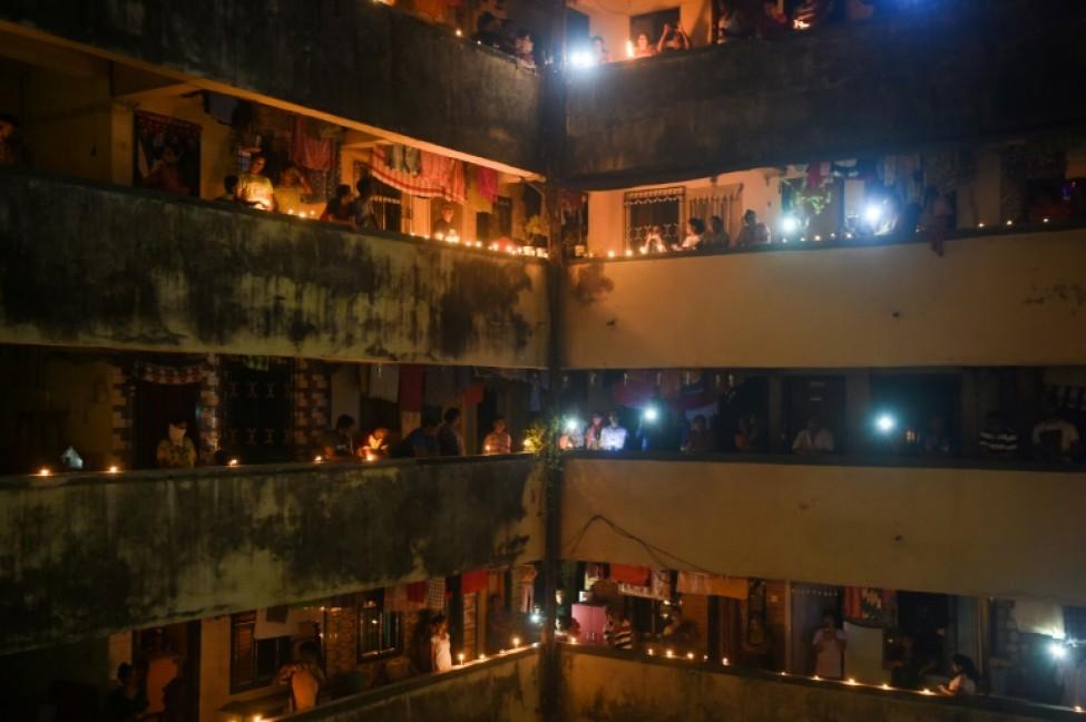 Des bougies et des lampes traditionnelles allumées les principales villes indiennes contre \