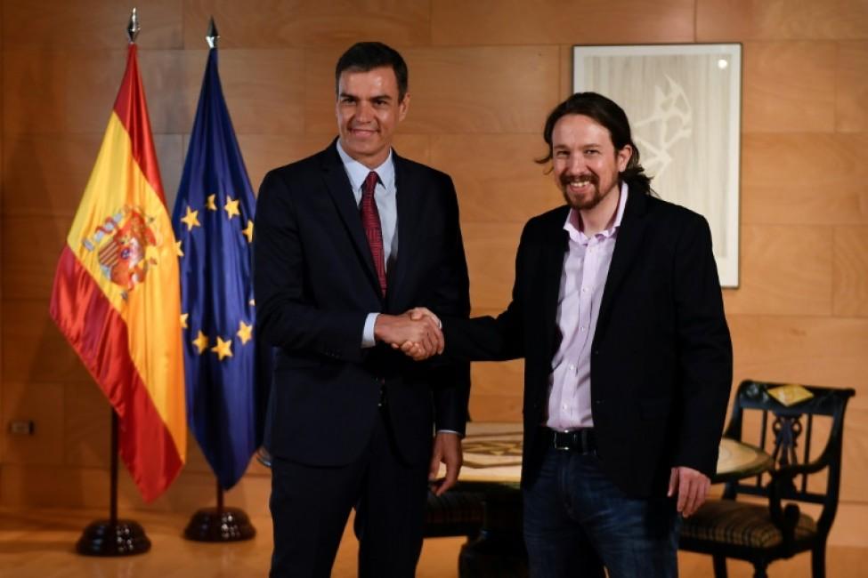 Le premier ministre Pedro Sanchez serre la main du leader de Podemos Pablo Iglesias, à Madrid le 9 juillet 2019