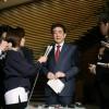 Le Premier ministre japonais Shinzo Abe répond à des journalistes, le 14 avril 2018 à Tokyo