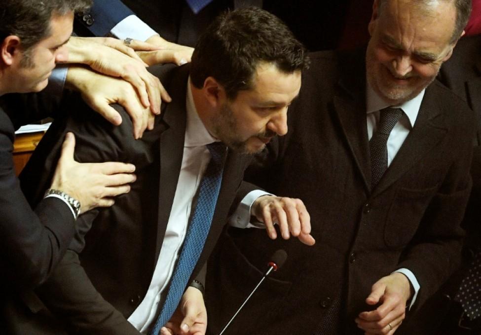 Le chef de l\'extrême droite italien Matteo Salvini est félicité par des collègues après son discours au Sénat, le 12 février 2020