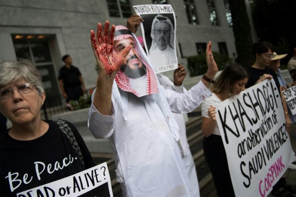 Un homme déguisé en Mohammed ben Salmane avec du sang sur ses mains manifeste devant l\'ambassade saoudienne à Washington le 8 octobre 2018 contre la disparition du journaliste saoudien Jamal Khashoggi après être entré au consulat saoudien à Istanbul