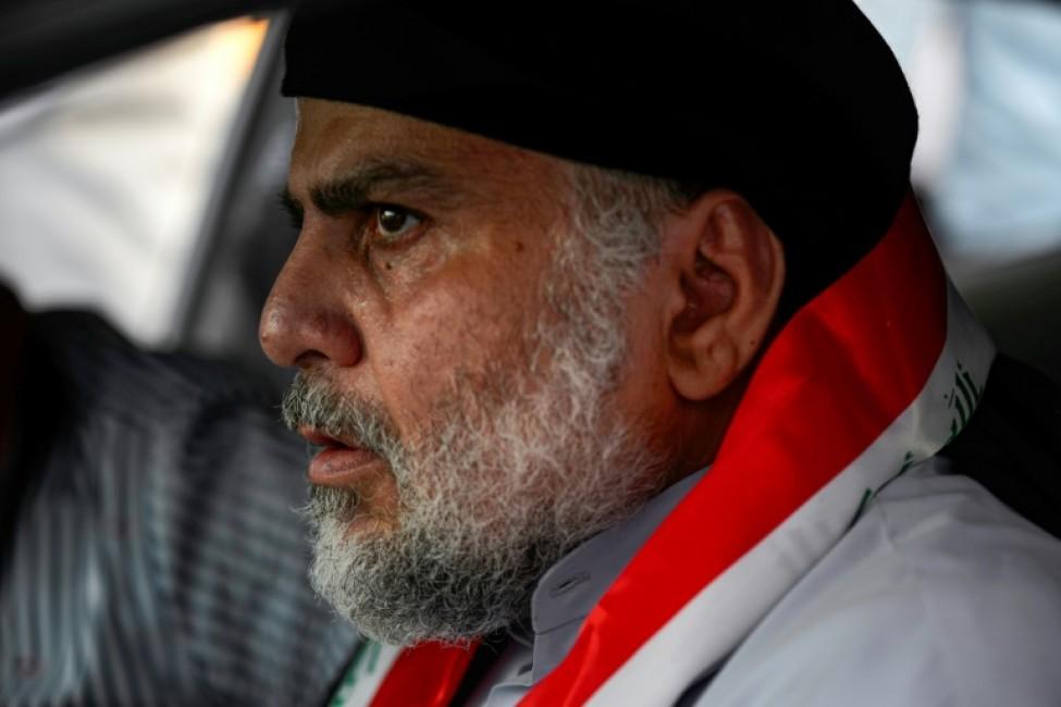 Le leader chiite irakien Moqtada Sadr conduisant une voiture pour rejoindre les manifestations antigouvernementales dans la ville sainte de Najaf, centre de l\'Irak, le 29 octobre 2019