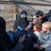 Une Française en niqab noir entouré de ses enfants s\'exprimant après avoir fui le dernier réduit du groupe jihadiste Etat islamique dans l\'est de la Syrie le 11 février 2019