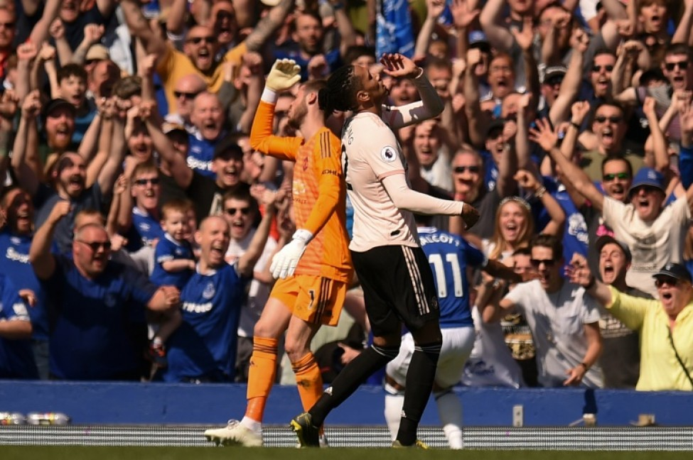 Manchester United goalkeeper David de Gea (L) and defender Chris Smalling (R) react after Theo Walcott scores Everton\'s fourth goal