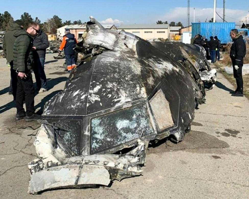 Une photo obtenue et diffusée le 11 janvier 2020 par le Conseil de la défense et de la sécurité nationales d\'Ukraine, montre des experts autour des débris de l\'avion ukrainien abattu \