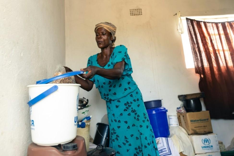 Josephine Ganye tient un sac d\'aide alimentaire, le 28 janvier 2020 à Buhera, au Zimbabwe