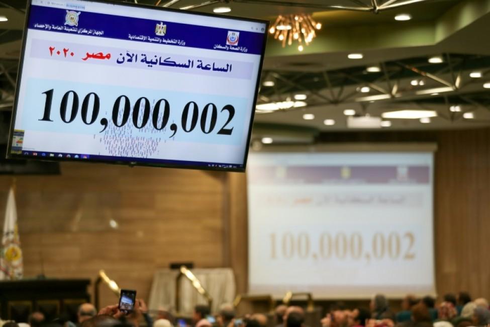 Un écran affiche une estimation du nombre d\'habitants en Egypte, le 11 février 2020 au Caire