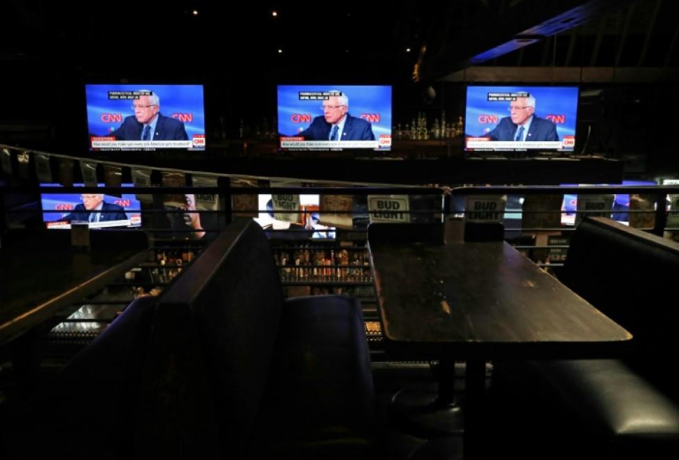 Le candidat à la Maison Blanche Bernie Sanders évoque la crise du coronavirus lors d\'un débat télévisé retransmis dans un bar presque vide de Los Angeles le 15 mars 2020
