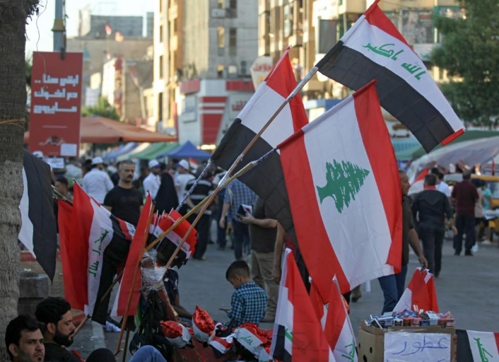 Des drapeaux libanais et irakiens dans les rues de la capitale irakienne Bagdad, le 8 novembre 2019